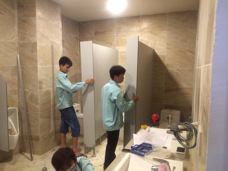 Thi công vách ngăn vệ sinh Compact HPL tại long An